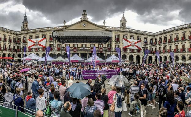 Concentración delante del Ayuntamiento tras una agresión en fiestas de La Blanca.imagen de El Correo